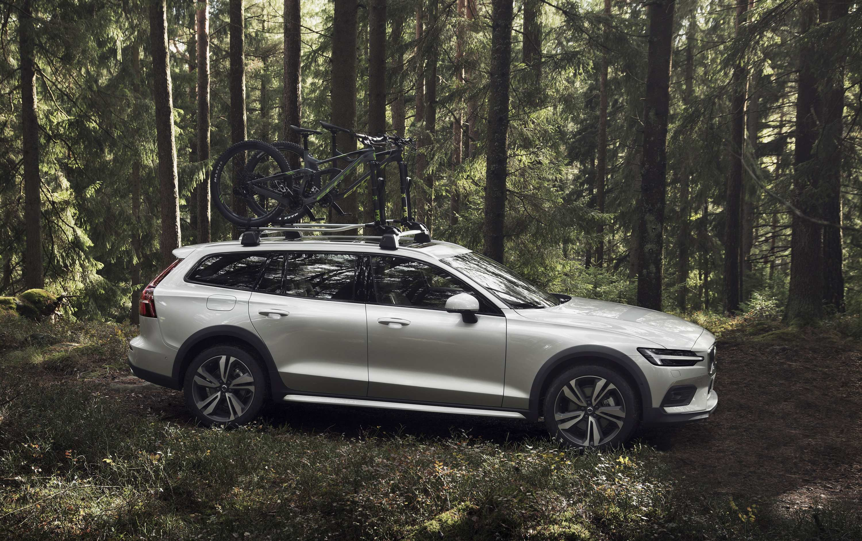 38 A 2019 Volvo V60 Cross Country Pictures